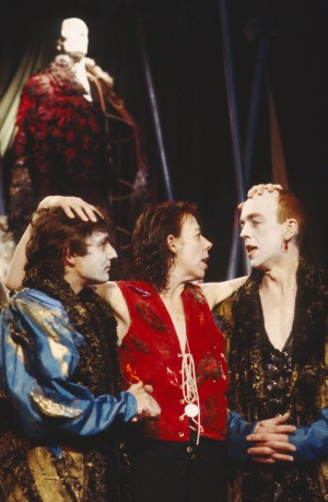 l-r: Peter Attard (Guildenstern), Frances de la Tour (Hamlet), Andy de la Tour (Rosencrantz). Photo by Donald Cooper, www.photostage.co.uk